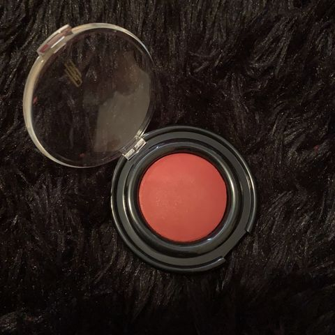 perfect reddish, berry blush for deep skin